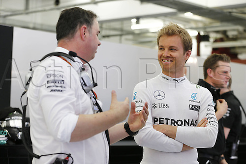 02.04.2016. Sakhir, Bahrain. F1 Grand Prix of Bahrain, qualification Saturday.   Ron Meadows (GBR, Mercedes AMG Petronas Formula One Team) chats to driver 6 Nico Rosberg (GER, Mercedes AMG Petronas Formula One Team)
