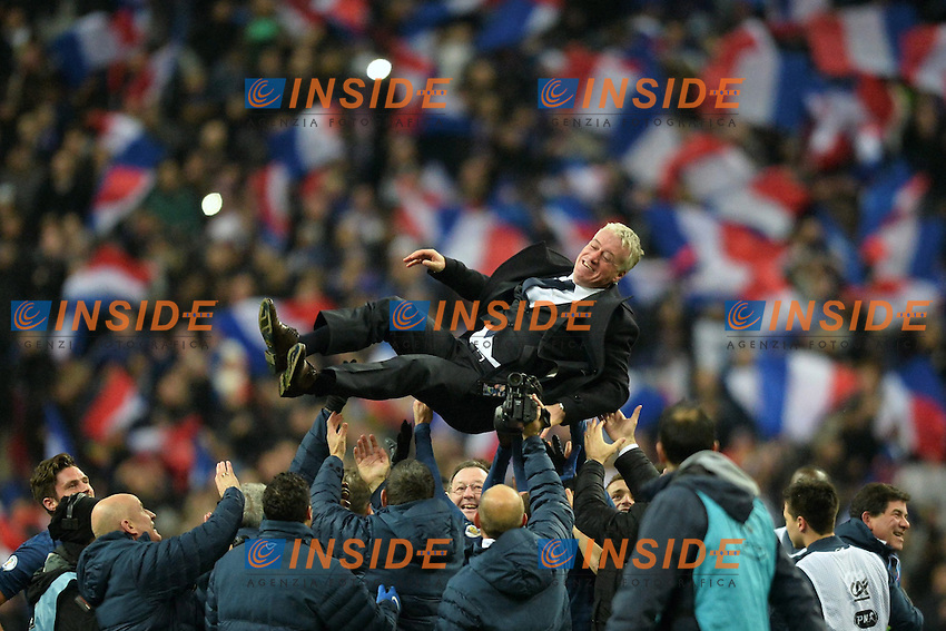 Didier Deschamps (fra) tirato in aria dai giocatori <br /> Parigi 19-11-2013 <br /> Football Calcio 2013/2014<br /> Qualificazioni Mondiali 2014 Play Off Francia - Ucraina 3-0<br /> Foto Panoramic / Insidefoto <br /> ITALY ONLY