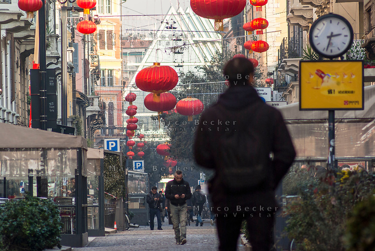 Milano, quartiere Chinatown, via Paolo Sarpi. Lanterne rosse per festeggiare il capodanno cinese --- Milan, Chinatown district, Paolo Sarpi street. Red Lanterns for Chinese New Year