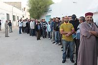23 ottobre 2011 Tunisi, elezioni libere per l'Assemblea Costituente, le prime della Primavera araba: uomini in fila davanti al seggio per votare.<br /> premieres elections libres en Tunisie octobre <br /> tunisian elections