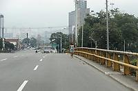MEDELLIN - COLOMBIA, 30-03-2020: Una mujer camina por una eslada avenida en Medellín durante el octavo día de la cuarentena total en el territorio colombiano causada por la pandemia  del Coronavirus, COVID-19. / A woman walks through desolate avenue in Medellin during the eighth day of total quarantine in Colombian territory caused by the Coronavirus pandemic, COVID-19. Photo: VizzorImage / Leon Monsalve / Cont