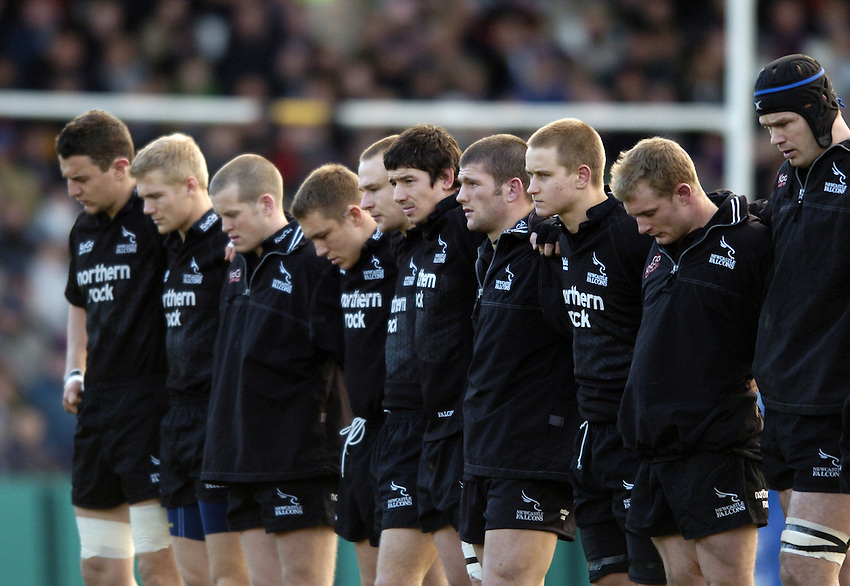 Photo. Jed Wee..Newcastle Falcons v Sale Sharks, Zurich Premiership, 02/01/2005..Newcastle players observe a minute's silence for tsunami victims in Asia.