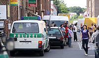 Am Mittwochnachmittag (15.06.2011) führt die Leipziger Polizei mit zahlreichen Einsatzkräften eine Kontrolle im Asia-Markt Leipzig (Dong-Xuan-Center) durch. Die Razzia richtet sich gegen das organisierte Verbrechen. Im Fokus stehen der Rauschgifthandel und die damit verbundene Beschaffungskriminalität. Die Polizei führt im Stadtgebiet weitere Kontrollen durch, wie im Clara-Zetkin-Park, wo berittene Beamte patroulieren. .Foto: Christian Nitsche.  Jegliche kommerzielle Nutzung ist honorar- und mehrwertsteuerpflichtig! Persönlichkeitsrechte sind zu wahren. Es wird keine Haftung übernommen bei Verletzung von Rechten Dritter. Autoren-Nennung gem. §13 UrhGes. wird verlangt. Weitergabe an Dritte nur nach vorheriger Absprache.