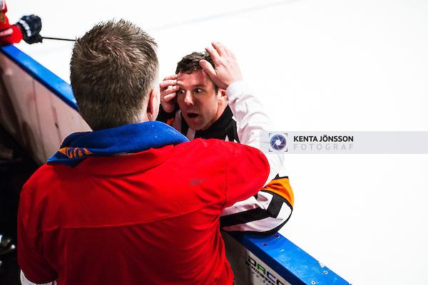Stockholm 2014-01-29 Ishockey Hockeyallsvenskan Djurg&aring;rdens IF - Malm&ouml; Redhawks :  <br /> domare Wolmer Edqvist har problem med en kontaktlins under den andra perioden och f&aring;r hj&auml;lp av Djurg&aring;rdens materialf&ouml;rvaltare Johan Kellerstam <br /> (Foto: Kenta J&ouml;nsson) Nyckelord:  domare referee ref skada skadan ont sm&auml;rta injury pain