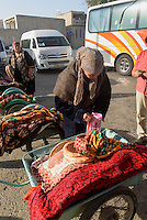 Brotverkauf in Buchara, Usbekistan, Asien<br /> street vendor of bread, Bukhara, Uzbekistan, Asia