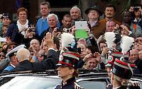 Il rieletto Presidente della Repubblica Giorgio Napolitano saluta la folla al suo arrivo in piazza Venezia, prima di deporre una corona d'alloro all'Altare della Patria, Roma, 22 aprile 2013..Italian re-elected President Giorgio Napolitano waves to people in Rome, 22 April 2013..UPDATE IMAGES PRESS/Riccardo De Luca