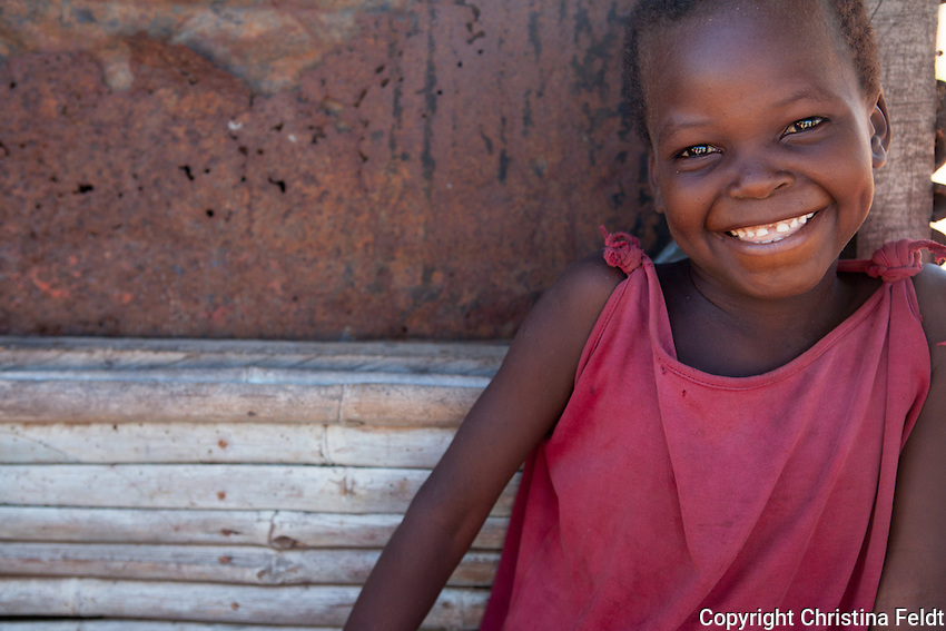 Anastancia Ernesto Cheabande lives in Nhamtanda, Sofala province, together with her 4 children. Anastiacia has one amputated leg, due to a wound that didn´t heal and wasn´t treated properly. She is also starting to lose her eyesight. Handicap International supported her with crutches, school matriculation for her children plus a financial help to start a little business selling fruits and vegetables. Anastasia´s daughter at the market booth.