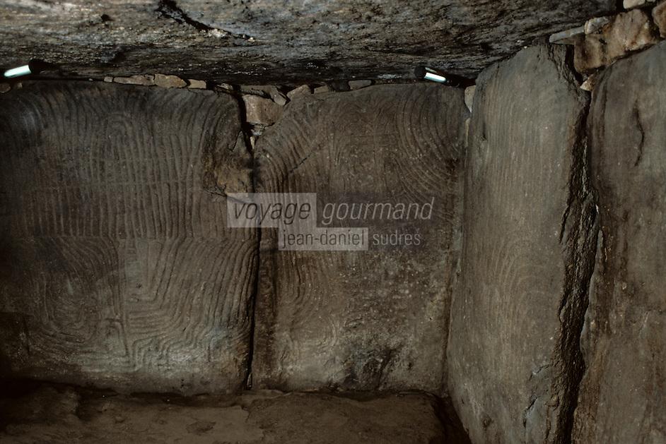 Europe/France/Bretagne/56/Morbihan/Ile de Gavrinis: Le Cairn de Gavrinis (accumulation de pierres couvrant une chambre funéraire) - Détail support sculpté de la chambre funéraire