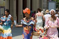 """Cuba, Habana, """"Fotomodelle"""" an Plaza de San Francisco"""