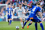 Mateo Kovacic (L) of Real Madrid fights for the ball with Hernan Arsenio Perez of Deportivo Alaves during the La Liga 2017-18 match between Real Madrid and Deportivo Alaves at Santiago Bernabeu Stadium on February 24 2018 in Madrid, Spain. Photo by Diego Souto / Power Sport Images