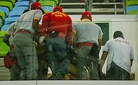 RIO DE JANEIRO, RJ, 17.06.2016 - EUA-IRÃ - Torcedor sendo retirado pelos bombeiros, após passar mal dentro do ginásio, durante a partida entre os Estados Unidos diante do Irã, válida pela Liga Mundial de Vôlei 2016, na Arena Carioca 1, zona oeste da cidade, na tarde desta sexta-feira, 17. (Foto: Jayson Braga / Brazill Photo Press)