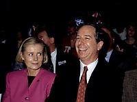 FILE - Le chef du PLQ  Daniel Johnson et son epouse (G) lorsque<br /> Les partisans du non tiennent un grand rassemblement a l'auditorium de Verdun le 24 octobre 1995<br /> <br /> PHOTO : Agence Quebec Presse