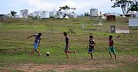 Todos os dias, no final da tarde, adolescentes do bairro Tancredo Neves, em Rio Branco (AC), se reúnem para jogar futebol no Cemitério Jardim da Saudade. É o principal ponto de lazer deles, no plaino de uma uma pequena área, nos fundos do cemitério, onde ninguém é enterrado porque acumula muita água durante o inverno amazônico. Contam que não têm acesso à quadra de esportes que existe no bairro, que é permanentemente controlada por adultos, sendo alguns usuários de drogas. Além disso, reclamam que frequentemente aterram as valas que os coveiros costumam abrir na tentativa de impedi-los de bater pelada. Um deles foi além: mostrou que a rua não dispõe de postes e que os moradores são obrigados a improvisar ligações de energia elétrica partir da outra rua. Parte da cerca de madeira do cemitério apodreceu e está no chão. E eu prometi que faria chegar ao conhecimento do prefeito Marcus Alexandre o relato deles. Atrás da bola só não corre quem já morreu.