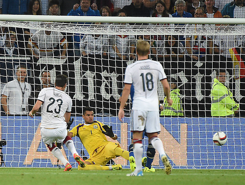 03.09.2014. Esprit Arena, D&uuml;sseldorf, Germany. International football friendly match. Mario Gomez (Ger) watches as the shot from his team mate Mario G&ouml;tze beats goalkeeper Sergio Romero (Arg) in the 78th minute<br />