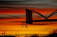 Cesta o canasta de baloncesto a contraluz en un  atardecer de color rojo y dorado. <br /> <br /> (Photo:Luis Gutierrez/ NortePhoto.com)<br /> <br /> pclaves: basquetbol, anochecer, luz, luz de dia, day, luz de sol,