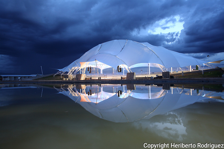 A general view of the People's auditorium in the Durango city's Feria with an artificial lake at the foreground in northern state of Durango, August 10, 2006. Photo by Heriberto Rodriguez