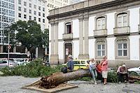 RIO DE JANEIRO, RJ, 13.08.2019 - CLIMA-RJ - Árvore cai por ação de uma forte ventania, na Candelária, Rio de Janeiro nesta terça-feira, 13. (Foto: Clever Felix/Brazil Photo Press)