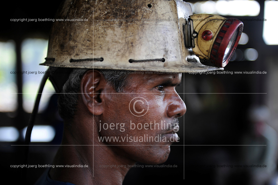 INDIA Dhanbad, underground coal mining of BCCL Ltd a company of COAL INDIA / INDIEN Dhanbad , Untertagekohlebergwerk von BCCL Ltd. ein Tochterunternehmen von Coal India, Bergarbeiter
