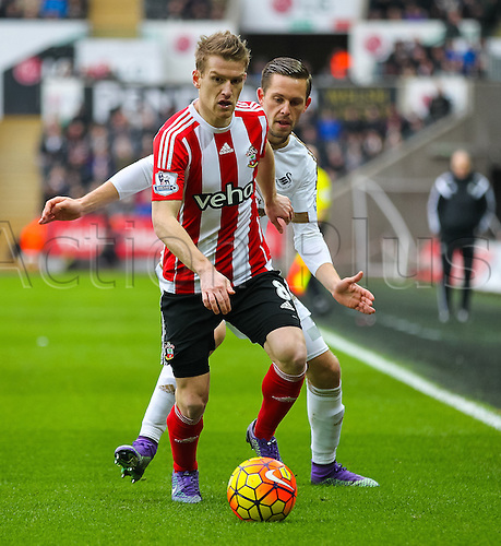 13.02.2016. Liberty Stadium, Swansea, Wales. Barclays Premier League. Swansea versus Southampton. Southampton's Steven Davis holds onto the ball despite pressure from Swansea City's Gylfi Sigurdsson