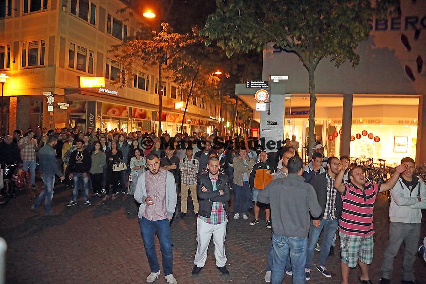 Public Viewing auf dem Marktplatz am Ratskeller, Fans stehen außerhalb des abgesperrten Bereichs