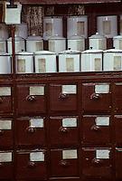 Asie/Chine/Jiangsu/Env Nankin: Marché libre de la rue Shan-Xi - Pharmacie traditionnelle - Détail des tiroirs et des bocaux<br /> PHOTO D'ARCHIVES // ARCHIVAL IMAGES<br /> CHINE 1990