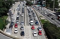 SAO PAULO, SP, 11 MAIO DE 2012 - TRANSITO/ AV. 23 DE MAIO - transito intenso na tarde desta sexta-feira (11) na Av. 23 de Maio proximo ao Viaduto do Chá na região central de São Paulo(FOTOS: AMAURI NEHN/BRAZIL PHOTO PRESS)