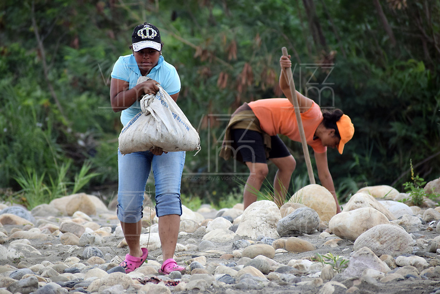 CUCUTA - COLOMBIA, 02-03-2019: Habitantes de la frontera arrglan las trochas por donde Venezolanos tratan de pasar la frontera, por la trocha Manguitos, hacia Colombia hoy, 2 de marzo de 2019, huyendo de las dificiles condiciones en su país en el cual el regimen de Nicolás Maduro disputa el poder con Juan Guaidó, presidente interino de Venezuela y reconocido por parte de la comunidad internacional. / Inhabitants of the area arrange the steps where Venezuelan people cross the border by the step walk Manguitos today, March 02, 2019, to Colombia leaving the bad conditions of their country in which the Maduro's regimen dispute the power with Juan Guaido interim president and recognized by many international comunity . Photo: VizzorImage / Manuel Hernandez / Cont