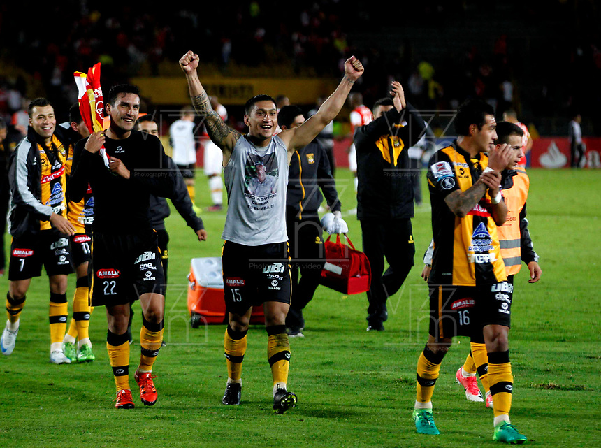 BOGOTA - COLOMBIA - 23 - 05 - 2017: Los jugadores de The Strongest, celebran la clasificación a la siguiente fase de la Copa Conmebol Libertadores Bridgestone 2017, durante partido entre Independiente Santa Fe de Colombia y The Strongest d Bolivia, de la fase de grupos, grupo 2, fecha 6 por la Copa Conmebol Libertadores Bridgestone 2017, en el estadio Nemesio Camacho El Campin, de la ciudad de Bogota. / The players of The Strongest, celebrate the classification to the next phase of the Conmebol Copa Libertadores Bridgestone 2017, during a match between Independiente Santa Fe of Colombia and The Strongest of Bolivia, of the group stage, group 2 of the date 6th, for the Conmebol Copa Libertadores Bridgestone 2017 at the Nemesio Camacho El Campin in Bogota city. VizzorImage / Luis Ramirez / Staff.