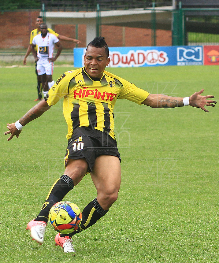 FLORIDABLANCA -COLOMBIA, 28-09-2014.  Nelson A. Barahona (Der) jugador de Alianza Petrolera en acción durante partido contra Patriotas FC por la fecha 12 de la Liga Postobon II 2014 disputado en el estadio Alvaro Gómez Hurtado de la ciudad de Floridablanca./ Nelson A. Barahona (R) player of Alianza Petrolera in action during the match against Patriotas FC for the 12th date of the Postobon League II 2014 played at Alvaro Gomez Hurtado stadium in Floridablanca city Photo:VizzorImage / Duncan Bustamante / STR