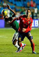 CALI -COLOMBIA-05-10-2014. Yerson Candelo (Izq) del Deportivo Cali disputa el balón con Giovanni Hernandez (der) de Uniautónoma durante partido por la fecha 13 de la Liga Postobón II 2014 jugado en el estadio Pascual Guerrero de la ciudad de Cali./ Deportivo Cali player Yerson Candelo (L) fights for the ball with Uniautonoma player Giovanni Hernandez (R) during match for the 13th date of Postobon League II 2014 played at Pascual Guerrero stadium in  Cali city.Photo: VizzorImage/ Juan C. Quintero /STR