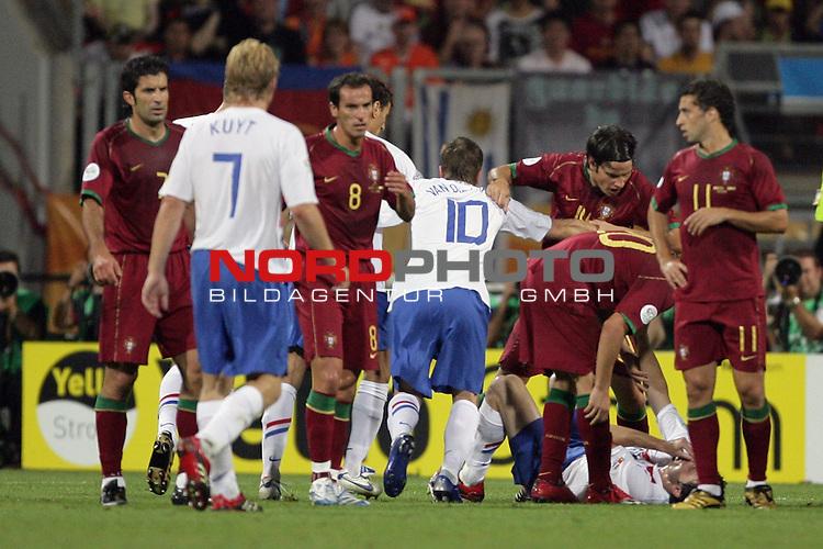 FIFA WM 2006 -  Round of Sixteen - / Viertelfinale <br /> Play     #52 (25-Jun) - Portugal vs Niederlande ( Holland ) 1:0<br /> <br /> Rafael van der Vaart versucht hier die Streihaehne zu schlichten und geht dazwischen<br /> <br /> <br /> Foto &copy; nordphoto