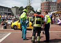 In scene gezet auto ongeluk. Drie hulpverleningsdiensten: ambulancemedewerker, brandweer en politie