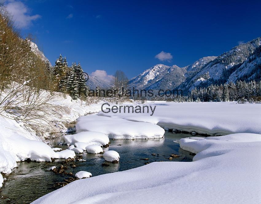 Deutschland, Bayern, Chiemgau zwischen Ruhpolding und Reit im Winkl: Winterlandschaft am Weitsee   Germany, Bavaria, Chiemgau between Ruhpolding and Reit im Winkl: winter scenery at lake Weitsee