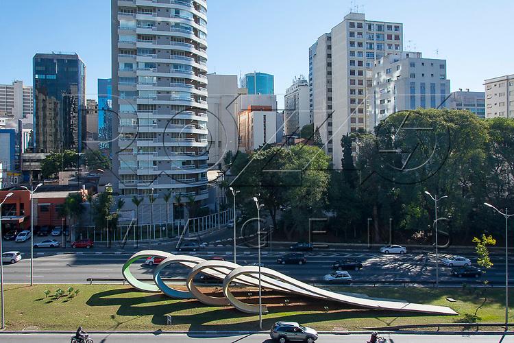 Avenida 23 de Maio com Monumento 80 anos da Imigração Japonesa, obra de Tomie Ohtake, São Paulo - SP, 07/2016.