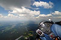 Wolkenstrasse: EUROPA, DEUTSCHLAND, NIESDERSACHSEN, (EUROPE, GERMANY), 11.05.2008: Segelflugzeug, fliegen, Segelflug, fliegen,  Cockpit,  Aussenansicht, Haube, Instrumente, Luftbild, Luftansicht, Ausblick, Aussicht, ASH 26, Wolkenstrasse, Cumulus, Thermische Energie, Kreisen, steigen, warme Luft, Aufwind, .