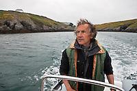 Europe/France/Bretagne/56/Morbihan/ Belle-Ile-en-Mer/Bangor: Jean Guillaume au commandes de son bateau à l'anse de Goulphar