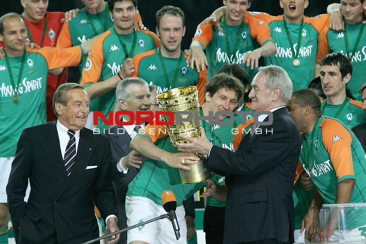 DFB Pokal 2003/2004 - Finale <br /> Werder Bremen vs. Alemannia Aachen 3:2<br /> .Kapit&scaron;n Frank Baumann nimmt den Pokal aus der Hand von Bundespr&scaron;sident Rau in Empfang<br /> <br /> Foto &copy; nordphoto <br />  *** Local Caption *** Foto ist honorarpflichtig! zzgl. gesetzl. MwSt.<br />  Belegexemplar erforderlich<br /> Adresse: nordphoto<br /> Georg-Reinke-Strasse 1<br /> 49377 Vechta
