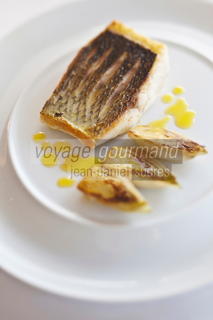 Europe/France/Bretagne/35/Ille et Vilaine/Saint-Malo/ Saint-Servan: Bar sur la peau, endivette de la Poine du Grouin, beurre yuzu, recette de Luc Mobihan - restaurant: Le Saint-Placide