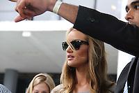 SAO PAULO, SP, 19, DE JANEIRO 2012 - SAO PAULO FASHION WEEK  - A atriz Rosie Huntington e vista deixando a sala de desfile da grife Animale no primeiro dia de desfiles edição Outono-Inverno 2012, da São Paulo Fashion Week, na Bienal do Ibirapuera na regiao sul da capital paulista. (FOTO MILENE CARDOSO - NEWS FREE).