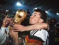Fussball WM Weltmeisterschaft in Italien 1990 Finale Endspiel Deutschland - Argentinien Lothar Matthaus con la coppa del Mondo <br /> Football World Cup World Cup in Italy 1990 Final Final Germany Argentina Captain Lothar Matthew  with Cup