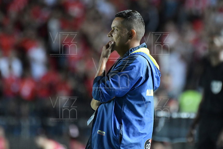 CALI - COLOMBIA, 14-11-2019: Cesar Fernando Torres técnico del Alianza gesticula durante partido por la fecha 2, cuadrangulares semifinales, de la Liga Águila II 2019 entre América de Cali y Alianza Petrolera jugado en el estadio Pascual Guerrero de la ciudad de Cali. / Cesar Fernando Torres coach of Alianza gestures during match for the date 2, quadrangular semifinals, as part of Aguila League II 2019 between America de Cali and Alianza Petrolera played at Pascual Guerrero stadium in Cali. Photo: VizzorImage / Gabriel Aponte / Staff