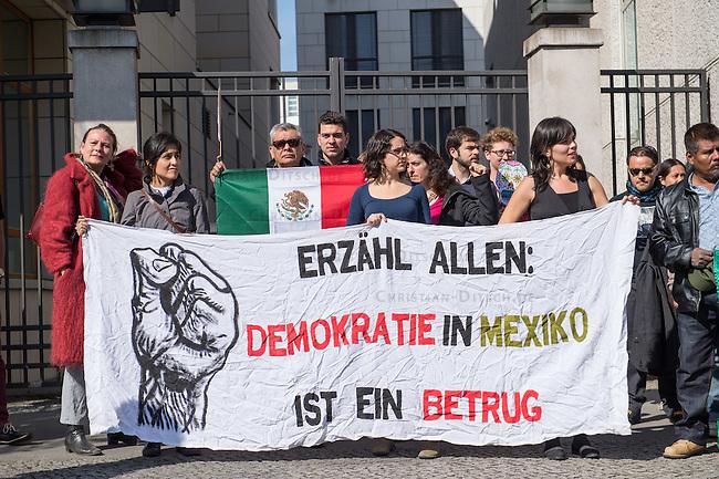Am Donnerstag den 23. April 2015 protestierten Angehoerige und Freunde von 43 Studenten die im September 2014 Mexiko ermordet wurden vor der mexikanischen Botschaft in Berlin.<br /> Polizisten hatten die Studenten in der Stadt Iguala entfuehrt und sie der kriminellen Organisation &quot;Guerreros Unidos&quot; uebergeben. Der Mord wurde bis heute nicht aufgeklaert und die mexikanische Regierung behindert bis heute die Aufklaerung.<br /> Die Demonstranten forderten endlich eine Aufklaerung ueber die Morde und dass die Verantwortlichen zur Rechenschaft gezogen werden.<br /> 23.4.2015, Berlin<br /> Copyright: Christian-Ditsch.de<br /> [Inhaltsveraendernde Manipulation des Fotos nur nach ausdruecklicher Genehmigung des Fotografen. Vereinbarungen ueber Abtretung von Persoenlichkeitsrechten/Model Release der abgebildeten Person/Personen liegen nicht vor. NO MODEL RELEASE! Nur fuer Redaktionelle Zwecke. Don't publish without copyright Christian-Ditsch.de, Veroeffentlichung nur mit Fotografennennung, sowie gegen Honorar, MwSt. und Beleg. Konto: I N G - D i B a, IBAN DE58500105175400192269, BIC INGDDEFFXXX, Kontakt: post@christian-ditsch.de<br /> Bei der Bearbeitung der Dateiinformationen darf die Urheberkennzeichnung in den EXIF- und  IPTC-Daten nicht entfernt werden, diese sind in digitalen Medien nach &sect;95c UrhG rechtlich geschuetzt. Der Urhebervermerk wird gemaess &sect;13 UrhG verlangt.]