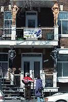 MAISON DUPLEX RUE SAINT-DENIS<br /> HOMME ET MANTEAU CLUB DE HOCKEY LES CANADIENS DE MONTREAL OUI ET NON<br /> COLONE BALCON STATUE <br /> PHOTO JACQUES NADEAU<br /> 1 AVRIL 1995