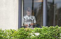 Marco Reus (Deutschland, Germany) vor dem Training im Fitnessraum am Handy mit Handyhülle mit Foto seines Nachwuchses  - 03.06.2019: Trainingslager der Deutschen Nationalmannschaft zur EM-Qualifikation in Venlo/NL