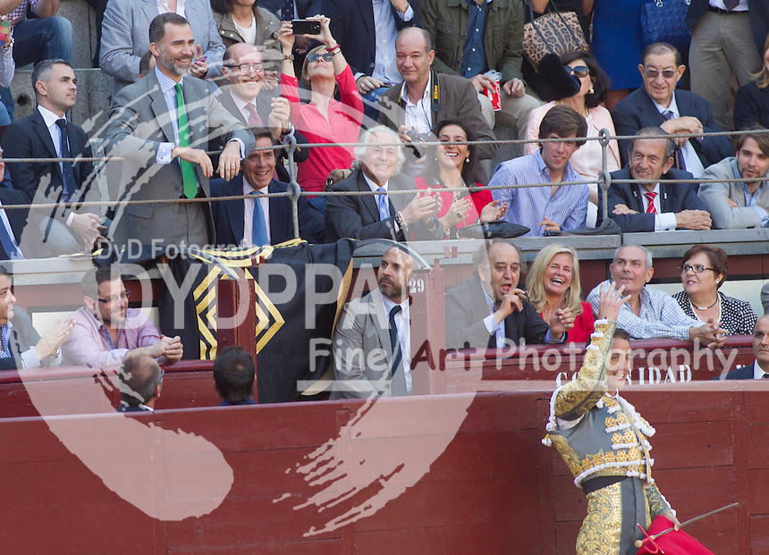 Bullfighter Pepe Moral brings the bull's death to King Felipe VI
