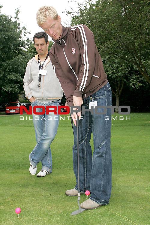 Regionalliga RLN 2005/2006 -  <br /> <br /> FC St.Pauli <br /> <br /> Die Kicker des FC St. Pauli auf dem Golfplatz des Golfclub Buxtehude in Daensen. <br /> <br /> Hat bereits Golferfahrung und schlug sich wacker beim Einlochen: Timo Schultz, hinter ihm  Thomas Meggle.<br /> <br /> --------------------------------------------<br /> <br /> Foto &copy; nordphoto *** Local Caption *** Foto ist honorarpflichtig! zzgl. gesetzl. MwSt.<br /> <br />  Belegexemplar erforderlich<br /> <br /> Adresse: nordphoto<br /> <br /> Georg-Reinke-Strasse 1<br /> <br /> 49377 Vechta