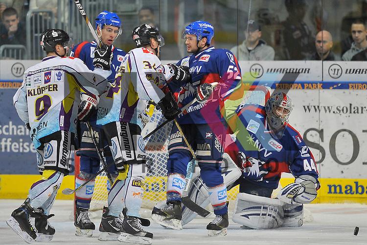 Links Krefelds Patrick Kloepper (Nr.9) gegen Mannheims Matthias Plachta (Nr.22) und Krefelds Kyle Sonnenburg (Nr.34) gegen Mannheims Dominik Bittner (Nr.52) im Tor Mannheims Dennis Endras (Nr.44)  beim Spiel in der DEL, Adler Mannheim - Krefeld Pinguine.<br /> <br /> Foto &copy; Ice-Hockey-Picture-24 *** Foto ist honorarpflichtig! *** Auf Anfrage in hoeherer Qualitaet/Aufloesung. Belegexemplar erbeten. Veroeffentlichung ausschliesslich fuer journalistisch-publizistische Zwecke. For editorial use only.