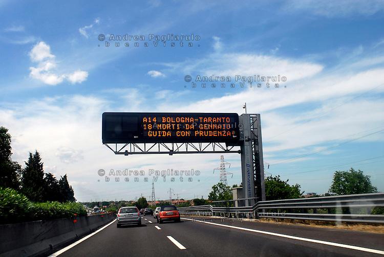Italia, autostrada del sole, 2007..Cartelli dissuasivi..Italy, 2007, highway road hump..© Andrea Pagliarulo