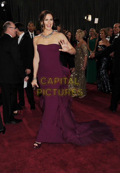Jennifer Garner.85th Annual Academy Awards held at the Dolby Theatre at Hollywood & Highland Center, Hollywood, California, USA..February 24th, 2013.oscars full length strapless dress purple necklace ruffle bustle hand arm palm waving .CAP/ROT/TM.©Tony Michaels/Roth Stock/Capital Pictures