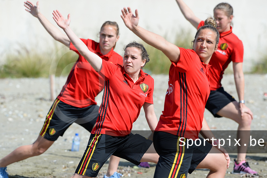 20180302 - LARNACA , CYPRUS :  Belgian Janice Cayman , Davina Philtjens and Maud Coutereels (r) pictured during a Muscular warm up training session on the beach before a women's soccer game between The Belgian Red Flames and Spain , on friday 2 March 2018 on the CTO Beach in Larnaca , Cyprus . The game will be the second game in group B for Belgium during the Cyprus Womens Cup , a prestigious women soccer tournament as a preparation on the World Cup 2019 qualification duels. PHOTO SPORTPIX.BE | DAVID CATRY